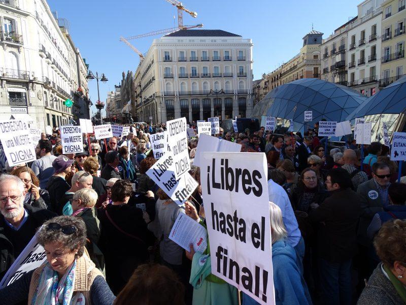 Concentracion de socios y socias de DMD en la Puerta del sol